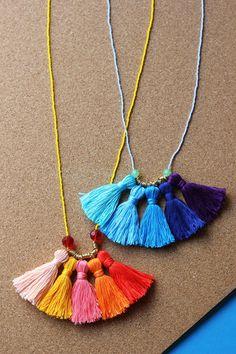 Se začátkem jara se vše probouzí kživotu. Probuďte i svůj šatník a obklopte se veselými barvami. Střapce zbavlnek ozdobí každou kabelku, batůžek a vyrobit znich můžete i šperky – třeba náušnice nebo originální náhrdelník.  //   Potřebujete  Barevné bavlnky Perličky a korálky (skvělá možno