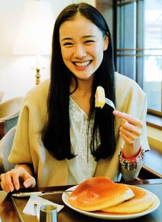 Aoi Yu (on hiatus) Yu Aoi, Asian Woman, Asian Girl, Japanese Lifestyle, Foto Instagram, People Eating, Mori Girl, Girl Gang, Woman Crush
