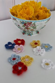 Super nemme hæklede blomster. Diy Crochet Stitches, Knit Crochet, 3d Origami, Diys, Street Art, Crochet Necklace, Knitting, Sewing, Tableware
