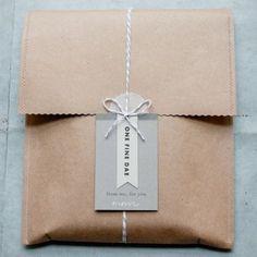 gift wrap with paper feathers! Craft Packaging, Paper Packaging, Bag Packaging, Design Packaging, Packaging Ideas, Envelope Kraft, Kraft Bag, Diy Paper Bag, Paper Gifts