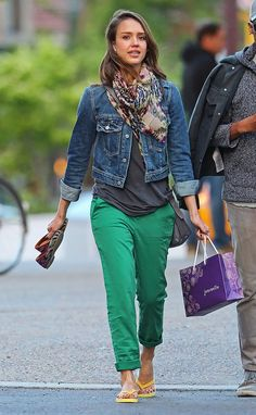 Pin for Later: 96 Ways to Wear Denim, Courtesy of Jessica Alba For a pedicure session in NYC, Alba swapped her colored denim for a classic jean jacket, preppy green pants, and a printed wrap scarf. Kelly Green Pants, Green Pants Outfit, Moda Chic, Outfits Damen, Looks Plus Size, Casual Outfits, Fashion Outfits, Fashion Ideas, Mode Vintage