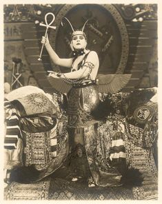 Mode 1920 - Queen of Mars Stijl Classic Hollywood, Old Hollywood, Vintage Photographs, Vintage Photos, Silent Film Stars, Dramas, Arte Horror, Old Photos, Photo And Video