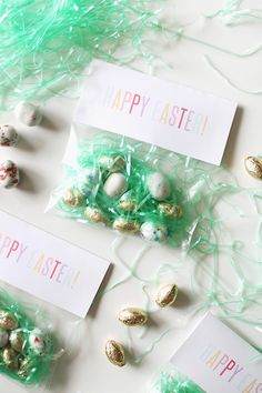 Modern Easter favor bags made of clear cellophane with paper grass and candy inside. Easter Candy, Easter Treats, Easter Gift, Easter Eggs, Hoppy Easter, Easter Brunch, Kids Table Wedding, Wedding With Kids, Diy Wedding