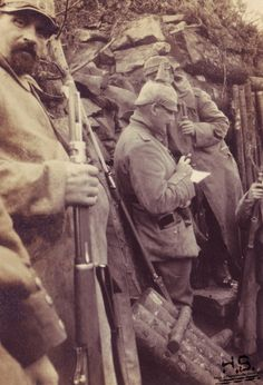 WW1. 1915-16, in a trench in the Schratzmannle, note the presence of a French rifle with its bayonet. http://humanbonb.free.fr/Phototheque/images/phototheque/normal/220543258670.jpg
