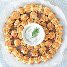 Voor de kerstborrel of voor bij het kerstdiner op school, deze knakworstjes in bladerdeeg krans zal bij iedereen in de smaak vallen.
