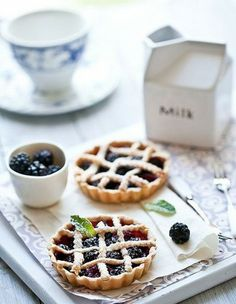 Fresh berries tarts - great for a tea party / dessert / delicious / pretty / entertaining Just Desserts, Delicious Desserts, Yummy Food, Dessert Healthy, Fruit Recipes, Dessert Recipes, Icing Recipes, Bread Recipes, Cookie Recipes