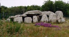 Le Kermario dolmen à Carnac, Bretagne, Nord de la France. Les plus de 3000 menhirs préhistoriques ont été taillés dans la roche locale et érigés par le peuple pré-celtiques de Bretagne, et sont la plus grande collection du genre au monde. Les pierres ont été érigées à un certain stade au cours de la période néolithique, probablement autour de 3300 avant JC, mais certains peuvent dater aussi vieux que 4500 av.