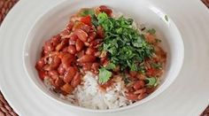 Vanessa Bell Esta es una cena simple y económica típica de familias cubanas. Si te sobró algo de jamón, esta receta de frijoles colorados deleitará a casi todos tus familiares.