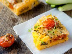 Polenta-Pizza mit mediterranem Gemüse und Provolone Lecker knusprig gebackene Polenta mit frischem mediterranen Gemüse und aromatischem Provolone – ein unvergleichlicher Genuss. http://einfach-schnell-gesund-kochen.de/polenta-pizza-mit-mediterranem-gemuese-und-provolone/