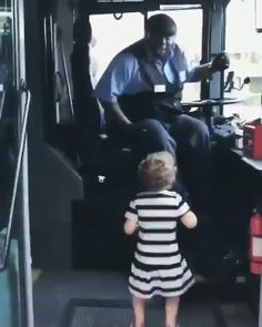 "Before getting off the bus, this little girl told the bus driver that ""Shake It Off"" was her favorite song, he stopped everything he was doing, turned up the song, and jammed out with her! # cute people dance with me Funny Baby Memes, Funny Jokes, Hilarious, Cute Funny Babies, Funny Cute, Funny Girls, Cute Baby Videos, Funny Girl Videos, Cute Stories"