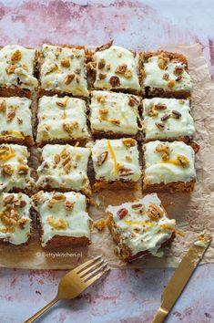 Dit overheerlijke recept voor carrot cake is werkelijk ieders favoriet. Voor op een verjaardag, voor bij de koffie, of gewoon tussendoor. Heerlijk smeuïg en boordevol mooie smaken en een beetje crunch. Worteltaart is een absolute topper!