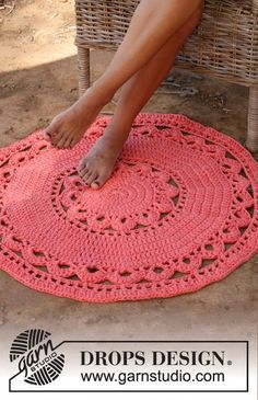 """Crochet DROPS round carpet in 3 strands """"Paris"""". ~ DROPS Design I want to learn to crochet. Crochet Diy, Crochet Doily Rug, Crochet Rug Patterns, Crochet Carpet, Crochet Round, Crochet Home, Crochet Crafts, Crochet Projects, Knitting Patterns"""