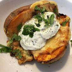 Oh my. Das war soooo gut. Gefüllte und überbackene Süßkartoffeln.❤️ 2 Süßkartoffeln waschen, abtrocknen und mit Öl und Salz einreiben. Bei 160 Grad für 50 Minuten in den Ofen. In einer Pfanne ne kleingewürfelte Zwiebel und 1/2 Packung geviertelte Pilze scharf anbraten, 2-3 EL Mais dazu, mitbraten. Mit Balsamico ablöschen und mit S+P und Rosmarin würzen. Die Süßkartoffeln nach 50 Minuten aufschneiden, mit dem Gemüse füllen und Käse drüber streuen. Noch mal für 10 Minuten bei 160 Grad in den…