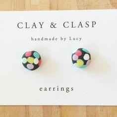 Orecchini di coriandoli polimero a mano bella di ClayandClasp