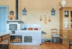 A cada fim de semana, os donos da fazenda preparam comidinhas caprichadas, seja na churrasqueira, no forno de pizza, seja no fogão a lenha. Este, por sua vez, destaca-se pelos azulejos azuis e brancos – tipicamente portugueses. Em todos os ambientes, os rodapés medem 20 cm (para combinar com o pé-direito de ao menos 3 m) e seguem o azul das portas e janelas. Projeto de Alberto Lahós e Marco do Carmo.