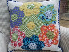 Longarm Chris: Ooops, I got a bit carried away. Hexagon Patchwork, Patchwork Cushion, Hexagon Quilt, Quilted Pillow, Cute Cushions, Cushions To Make, Diy Pillows, Quilt Baby, Quilting Projects