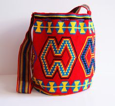 Wayuu One Tread Large Bag by CaritoCaró Form Crochet, Knit Crochet, Mochila Crochet, Tapestry Crochet Patterns, Tapestry Bag, Art Bag, Crochet Handbags, Quilted Bag, Knitted Bags