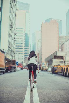 Streets of Hong Kong via Fixielicious ~ Hong Kong Fixed Gear Girl New Bicycle, Bicycle Girl, Road Bikes, Cycling Bikes, Bmx, Fixed Gear Girl, Urban Cycling, Cycle Chic, Commuter Bike