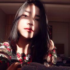"Ajeng Fauziiah di Instagram ""happy sunday👸🏻"" Indonesian Girls, Tumblr Photography, Black Wallpaper, Gw, Happy Sunday, Spongebob, Irene, Aesthetic Wallpapers, Ulzzang"