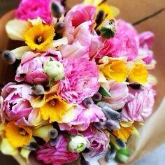 """Весенний букет из сезонных цветов от Flora Studio. Цветы: ранункулус, нарцисс, тюльпан и всеми любимые """"котики"""""""