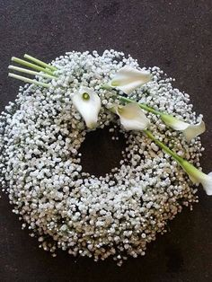 Beautiful wreath for a loved one's funeral or memorial service. Baby's breath accented with gorgeous cala lilies add the perfect touch. Church Flowers, Funeral Flowers, Wedding Flowers, Wedding Bouquets, Office Deco, Deco Ballon, Funeral Floral Arrangements, Funeral Sprays, Funeral Tributes