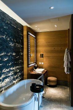 Badzimmer mit freistehender Badewanne in der Deluxe Suite-The Chedi Andermatt