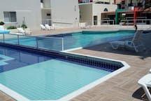 Confortável apto com piscinas próximo ao mar