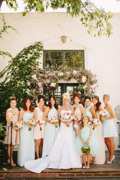 una mezcla de melocotón y vestidos de dama de honor por la fotografía de menta http://www.dollypearl.com/ Por / benjhaisch.com, Diseño Floral Por / floraloccasions.com