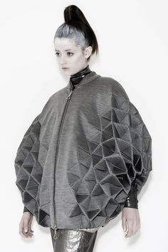 Geometric Fashion with faceted structure – triangle tessellation, shape & v. - Geometric Fashion with faceted structure – triangle tessellation, shape & volume; Origami Fashion, 3d Fashion, Fashion Fabric, Fashion Details, New York Fashion, Ideias Fashion, Fashion Show, Fashion Design, Fashion Trends