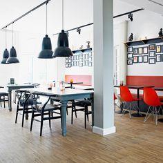 ↠ Wishbone #CONTRACT ↞ Calidez y estilo en espacios comerciales  #decoración #sillaWishbone #madera #interiorismo