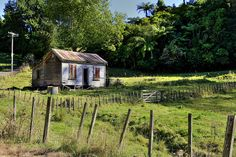 A small abandoned farm cottage or cabin, in Te Kuiti Powerlines removed from photo Tiny House Exterior, Cottage Exterior, Abandoned Houses, Abandoned Places, Old Farm Houses, Tiny Houses, Best Barns, Farm Cottage, House Photography