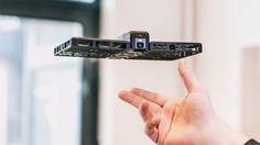 Es similar a un dron, pero ésta es portátil, capaz de rastrear rostros y puede ser usada tanto por novatos como expertos.