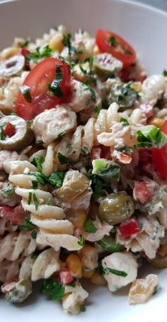Today I'm offering you a recipe for pasta salad made with a house dressing sauce. Ideal for sunny days, a picnic, a barbecue or just the pleasure of eating a good salad for a meal. Fusilli, Healthy Cooking, Cooking Recipes, Healthy Recipes, Healthy Drinks, Pasta Salad Recipes, How To Cook Quinoa, Perfect Food, Entrees