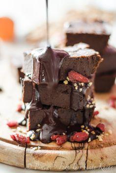 Hach… Brownies… ja Mögt Ihr Brownies? So richtig schön schokoladig, matschig, süß? Ja? Gut. In rauen Mengen? Perfekt. Und jetzt auch noch in gesund? Dann lest jetzt weiter.