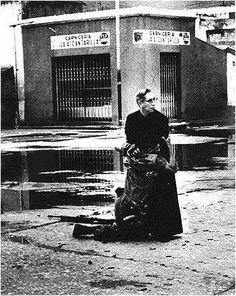 """Único Premio Pulitzer de Venezuela (1963) tomada durante el """"Porteñazo"""". Monseñor Luis Maria Padilla auxiliando a un cabo 2do de la infantería de marina."""