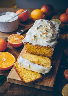 This delicious and moist orange almond cake is an easy cake recipe. We serve the orange almond cake with creamy whipped cream and its vegan. Vegan Dessert Recipes, Easy Cake Recipes, Almond Recipes, Sweet Recipes, Orange Recipes Vegan, Vegan Orange Cake Recipe, Pavlova, One Bowl Cake Recipe, Orange And Almond Cake