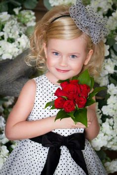 Pretty Kids, Cute Kids, Princess Face, Holding Flowers, Poses For Pictures, Beautiful Children, Little People, Mom And Baby, Children Photography