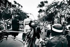 Robert Lebeck. Leopoldville, Kongo, 1960: Ein junger Mann stiehlt dem belgischen König Baudouin während eines Staatsbesuchs den Degen.