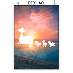 Poster DIN A0 Enten Familie aus Papier 160 Gramm  weiß - Das Original von Mr. & Mrs. Panda.  Jedes wunderschöne Motiv auf unseren Postern aus dem Hause Mr. & Mrs. Panda wird mit viel Liebe von Mrs. Panda handgezeichnet und entworfen.  Unsere Poster werden mit sehr hochwertigen Tinten gedruckt und sind 40 Jahre UV-Lichtbeständig und auch für Kinderzimmer absolut unbedenklich. Dein Poster wird sicher verpackt per Post geliefert.    Über unser Motiv Enten Familie  Die Entenfamilie ist das…