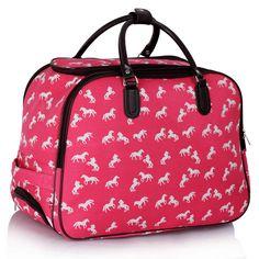 Štýlová cestovná taška, ktorú vám bude závidieť každý cestujúci. Cestovná taška má veľmi populárny Koníkový dizajn. Cestovná taška je vybavená kolieskami, čo vám umožní pohodlné nosenie za rúčku, ktorú možno nastaviť do ideálnej výšky. Taktiež tašku možno nosiť v rukách pomocou pevných držiakov, kto