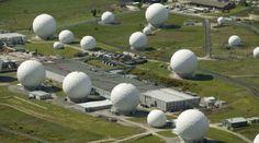 10 Locaciones Secretas. Situada al norte de Yorkshire, Inglaterra, RAF Menwith Hill es una estación de la Fuerza Aérea Real, que proporciona las comunicaciones y los servicios de apoyo de inteligencia para el Reino Unido y los militares estadounidenses. Algunos de los satélites son controlados directamente por la NSA estadounidense. También se cree que es la mayor estación de monitoreo electrónico en el mundo