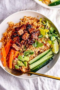 These spicy rice bowls are an explosion of flavour thanks to the Korean style marinated tofu. Add your favourite toppings and a squeeze of hot sauce for an easy and healthy dinner. dinner rice Spicy Rice Bowls with Korean Marinated Tofu Vegetarian Rice Bowl Recipe, Veggie Rice Bowl, Rice Bowls, Veggie Food, Tofu Recipes, Vegetarian Recipes, Cooking Recipes, Healthy Recipes, Recipes With Marinated Tofu