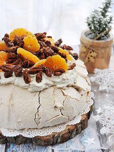 Beza cynamonowa z orzechami pięknie pachnie cynamonem i mandarynkami, a orzechy dodają jej charakteru - idealny przepis na przywitanie pierwszego dnia zimy