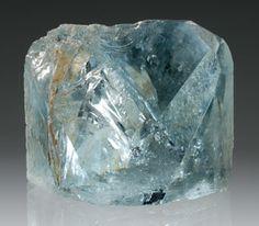 トパーズ (黄玉)topaz モース硬度 8  青・ピンク・褐色・緑など多彩な色を持つトパーズの中でも、オレンジ系とシェリー酒色のものは貴重性が高く、この種のものは1735年、ミナスジェライス州のオーロ・プレートで発見され、インペリアルトパーズと命名された。  産出地 ビジン・ダ・ラパ ミナス州 高さ5cm×横5.5cm×厚さ4.5cm 重さ160g