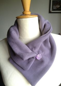 A fleece scarf with a stamped button as closure Sewing Scarves, Sewing Clothes, Diy Clothes, Sewing Hacks, Sewing Crafts, Clothing Patterns, Sewing Patterns, Fleece Projects, Ideas Joyería