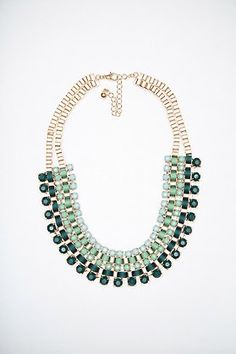 Collar metálico con brillantes verdes