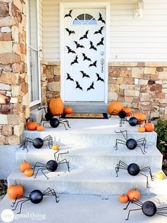 Happy of October! Fall is in full swing and it's time to start thinking about how you want to decorate your front porch for Halloween. Looking for the best Halloween front porch decor ideas? Halloween is just aroundRead Halloween Veranda, Casa Halloween, Halloween Outside, Halloween Scene, Holidays Halloween, Halloween 2020, Diy Couples Halloween Costumes, Disneyland Halloween, Girl Halloween