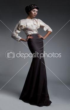 Викторианский стиль - модным аристократическим супермодель брюнетка на подиуме. Ретро черные и белые одежды - серия фотографий