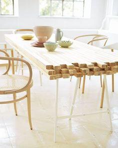 .Idée de table réalisée avec 45 tasseaux en bois de 6/3 cm environ. Tréteaux Ikea.