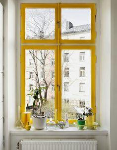 Telle cette #fenêtre peinte en #jaune, il suffit parfois de peu de chose pour ensoleiller un #intérieur !